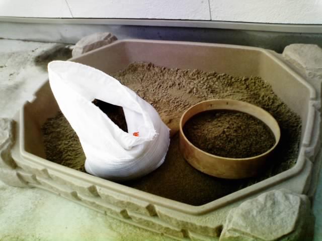 砂場の砂作り。